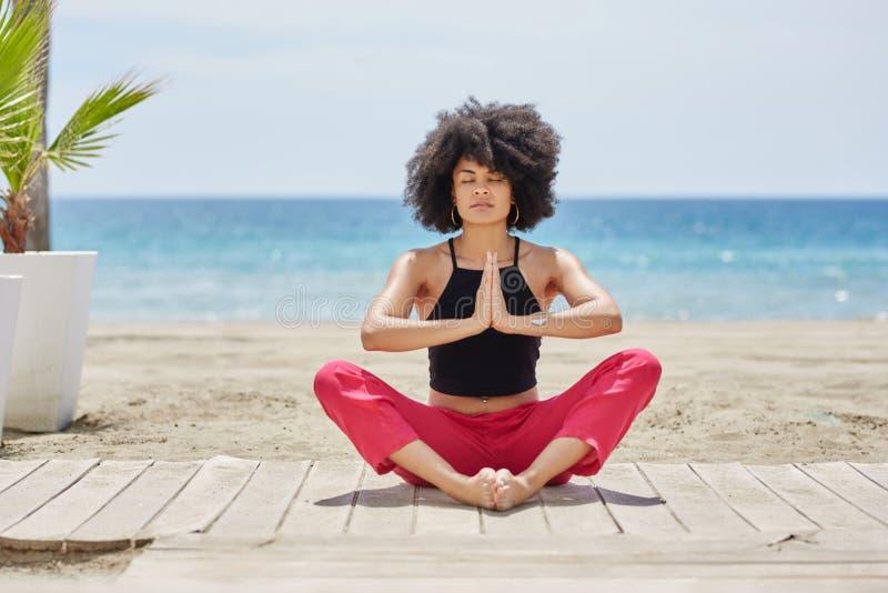 Meditatie op strand royalty-vrije stock afbeeldingen