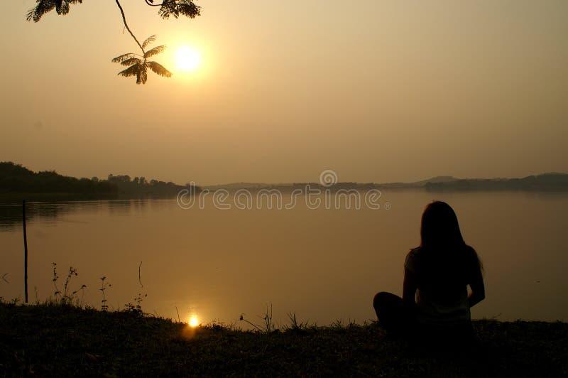 Meditatie op Zonsondergang bij een meer royalty-vrije stock foto