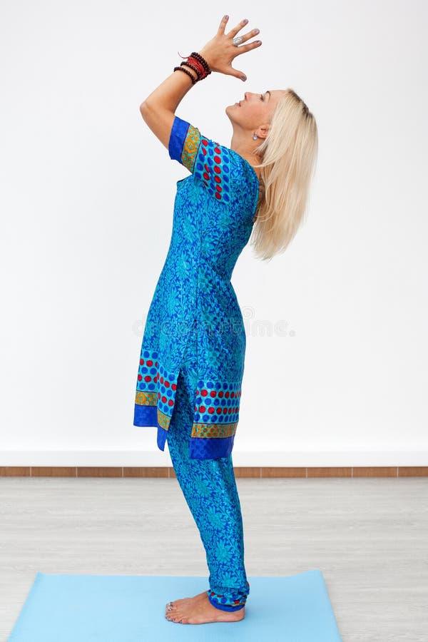 meditatie Profielportret van een volwassen Kaukasische blondevrouw stock afbeelding