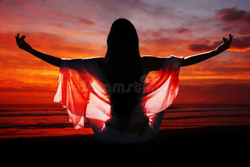 Meditatie van vrouw tegen oceaan royalty-vrije stock afbeelding