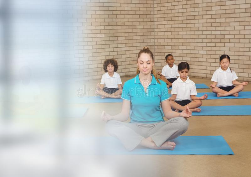 Meditatieleraar met klasse van kinderen stock foto's