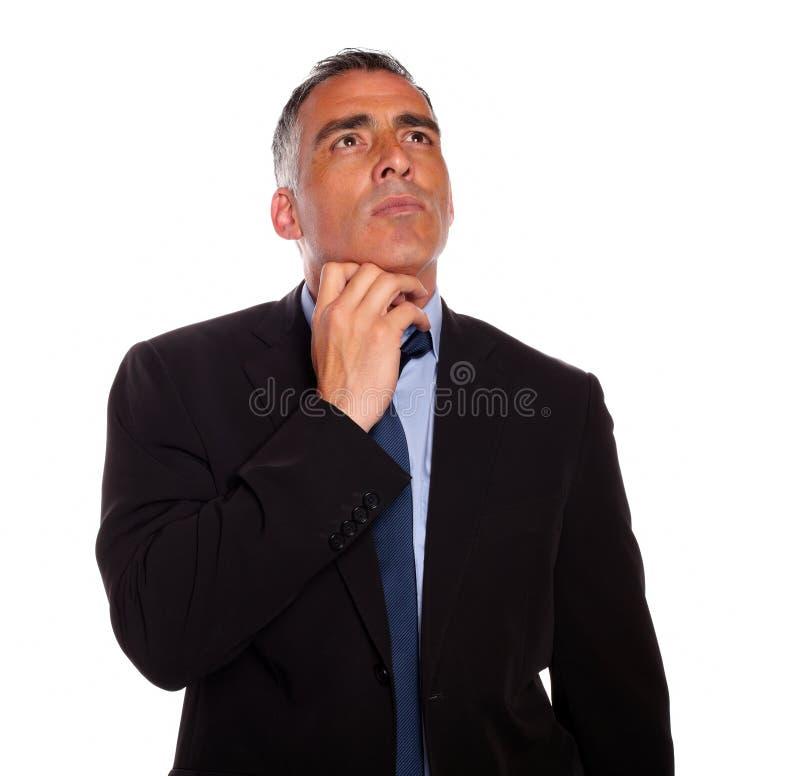 Meditatieve zakenman wat betreft de kin stock fotografie