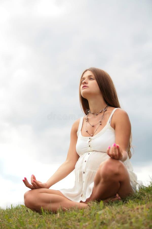 meditating έγκυος γυναίκα στοκ φωτογραφίες με δικαίωμα ελεύθερης χρήσης