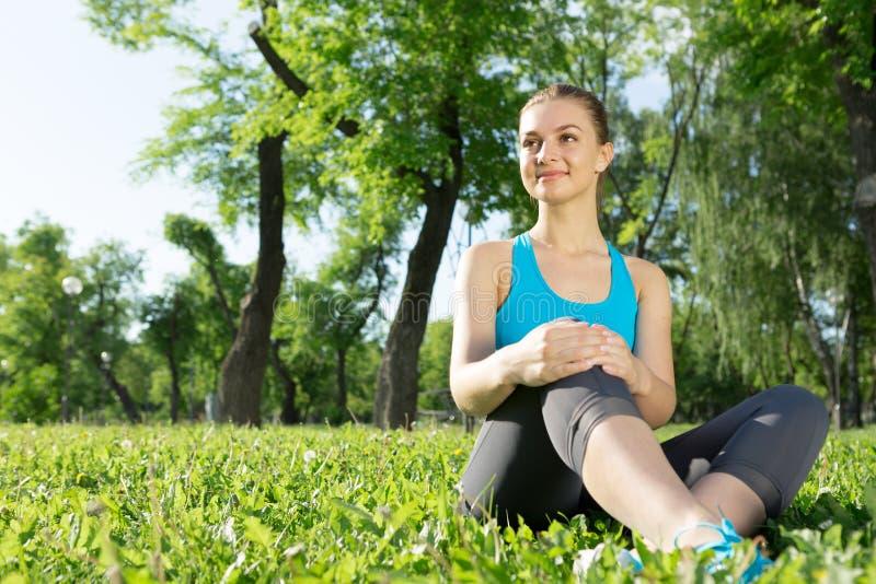meditating γυναίκα πάρκων στοκ εικόνα