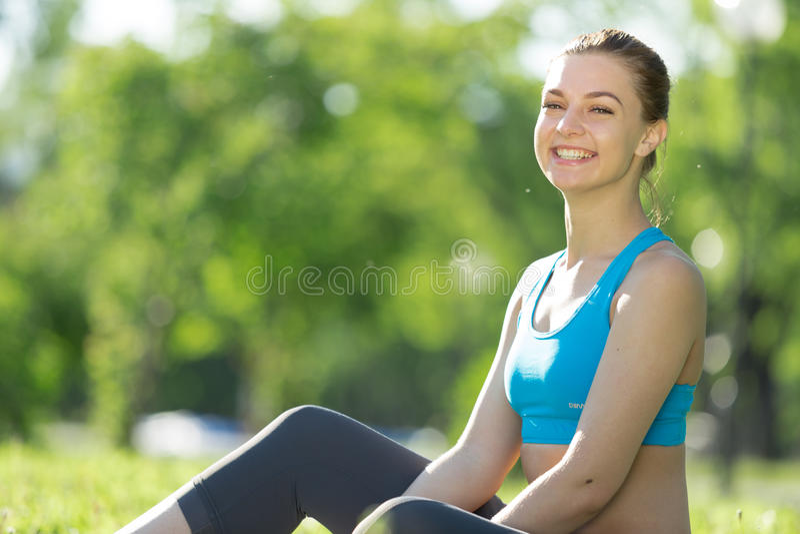 meditating γυναίκα πάρκων στοκ φωτογραφίες