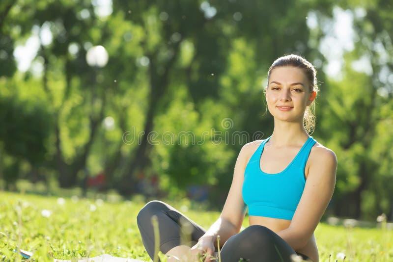 meditating γυναίκα πάρκων στοκ φωτογραφίες με δικαίωμα ελεύθερης χρήσης