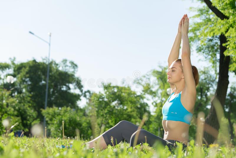 meditating γυναίκα πάρκων στοκ εικόνες