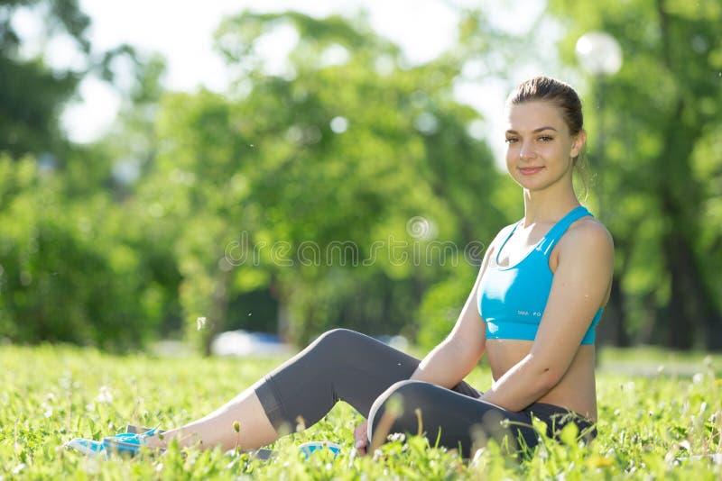 meditating γυναίκα πάρκων στοκ εικόνα με δικαίωμα ελεύθερης χρήσης