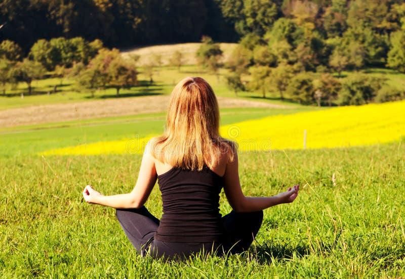 meditating γυναίκα πεδίων στοκ εικόνα με δικαίωμα ελεύθερης χρήσης