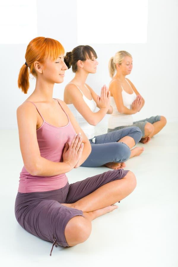 meditating γυναίκες στοκ φωτογραφία