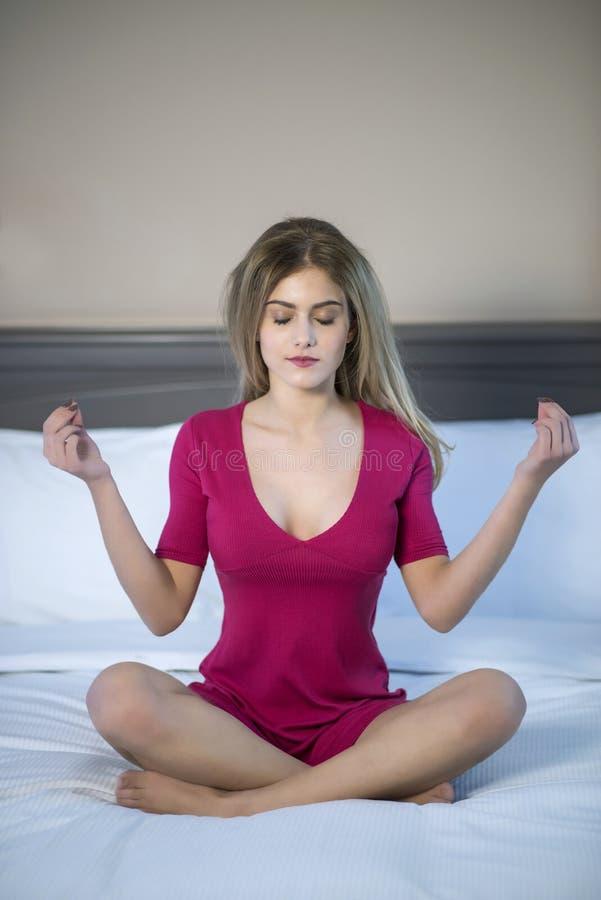 meditating νεολαίες γυναικών στοκ εικόνες