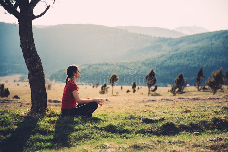 Meditating στη φύση μια ηλιόλουστη ημέρα στοκ φωτογραφίες