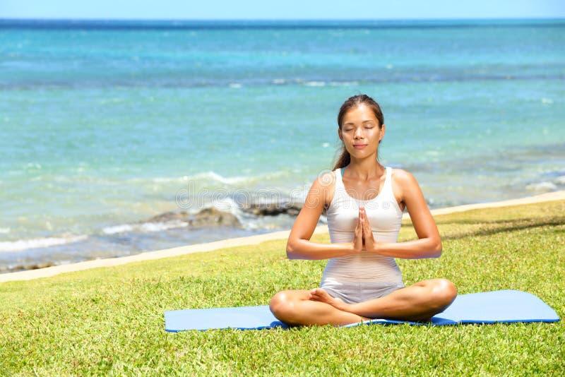 Meditating χαλάρωση γυναικών γυναικών γιόγκας θαλασσίως στοκ εικόνες με δικαίωμα ελεύθερης χρήσης