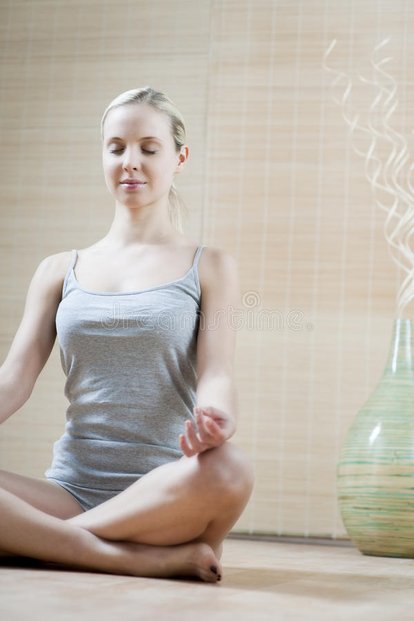 meditating детеныши женщины стоковая фотография