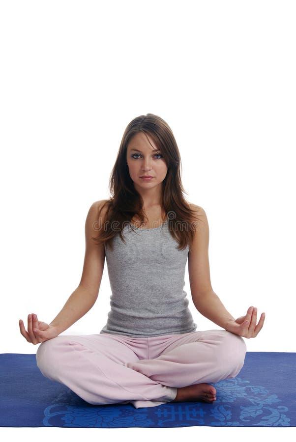meditating детеныши женщины стоковые фотографии rf
