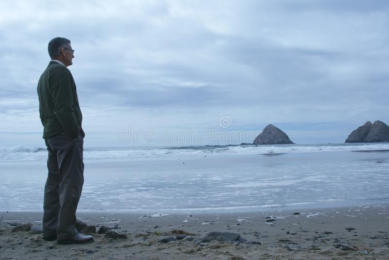 Meditating dell'uomo o pensiero solo fotografie stock