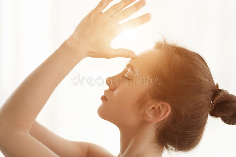 meditating Mãos à testa, vista lateral de Namaste da mulher fotos de stock royalty free