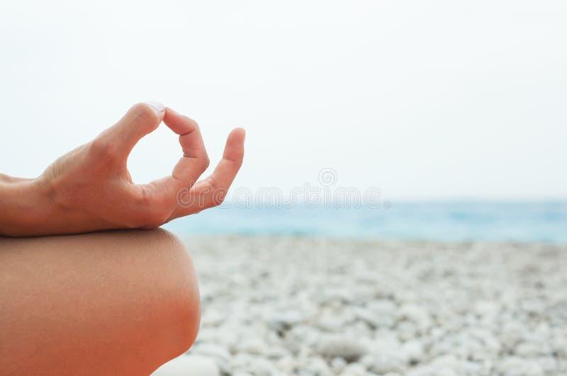 meditating Mulher que faz a ioga Close-up foto de stock