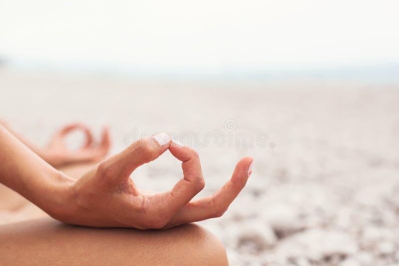 meditating Mulher que faz a ioga Close-up fotos de stock royalty free