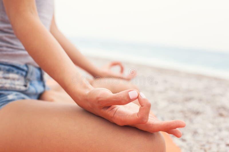 meditating Mulher que faz a ioga Close-up imagens de stock