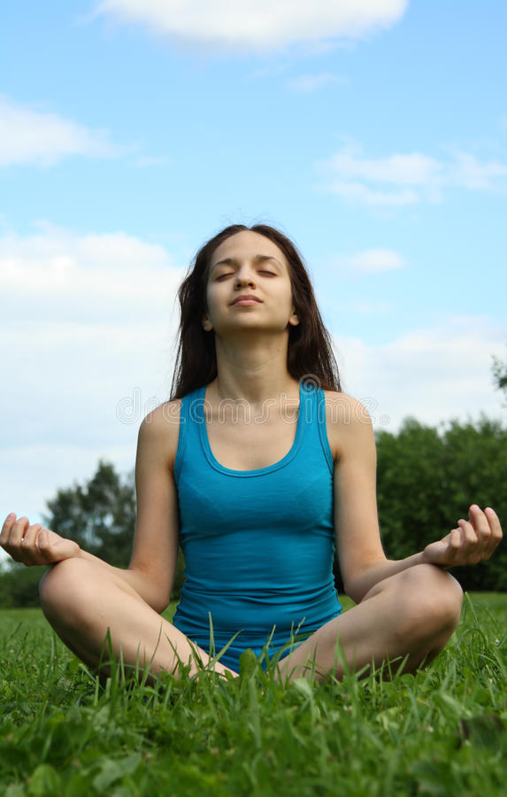 Meditating no parque fotografia de stock royalty free