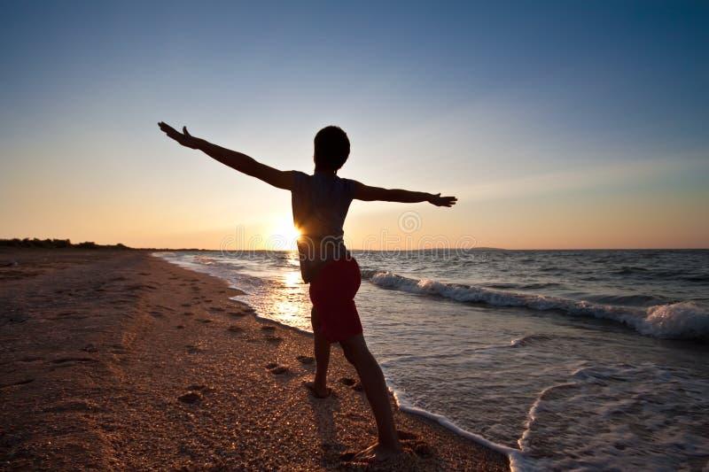 Meditating no por do sol imagem de stock royalty free