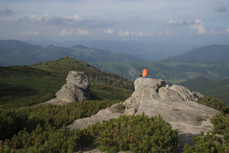 Meditation über Landschaft stockfotografie