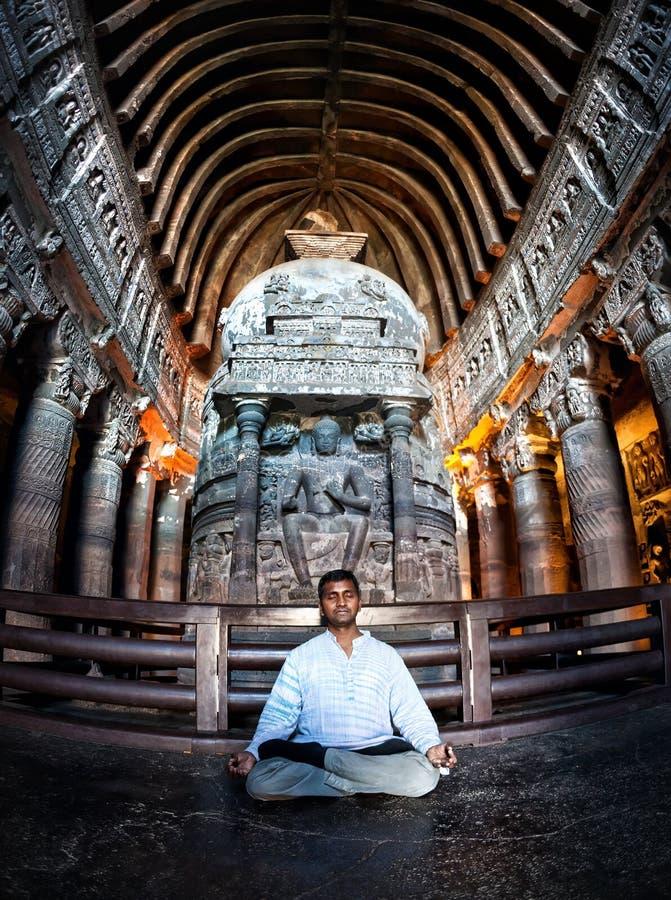 Meditation in Ajanta-Höhlen in Indien stockfotos