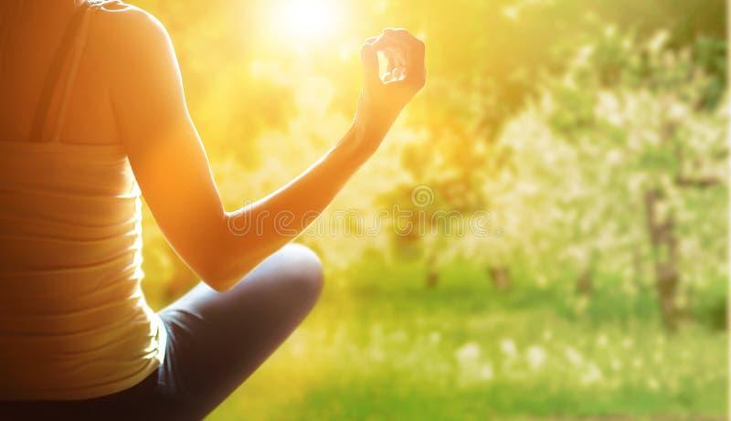 Meditation auf dem Freilicht lizenzfreie stockfotografie