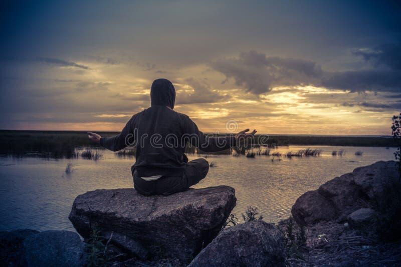 Meditation auf dem Hintergrund des Finnischen Meerbusens, Kronshtadt, Russland stockfoto