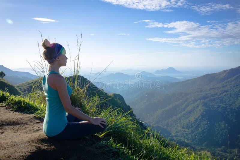Meditation auf den Bergen lizenzfreie stockfotos