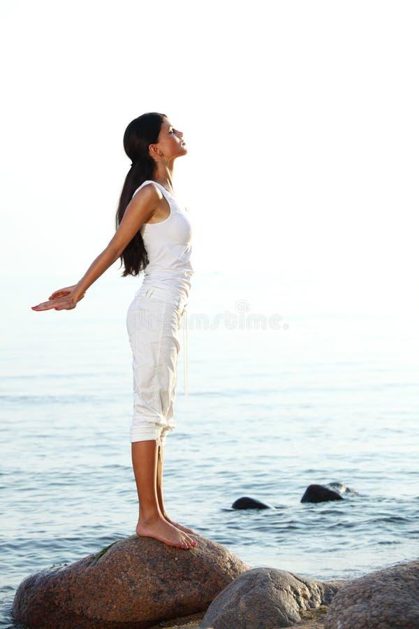 Meditation auf Sandstrand stockbild