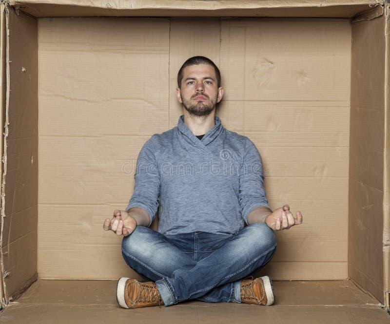 Meditation in einem kleinen Raum stockfoto