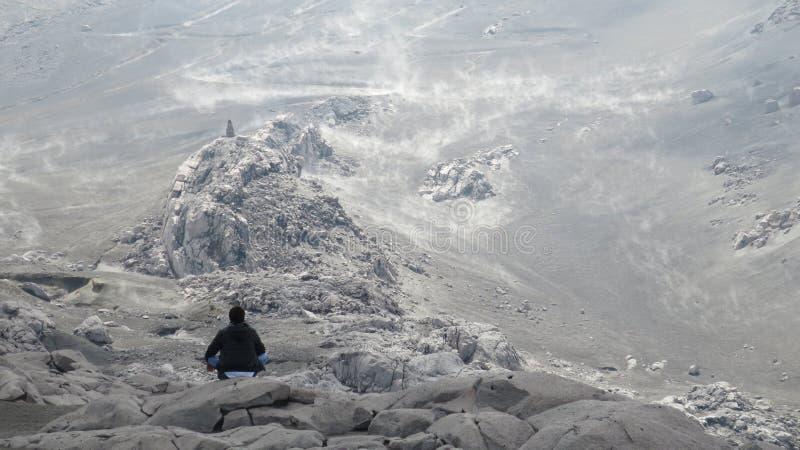 Meditation in einem schneebedeckten Berg in Kolumbien lizenzfreie stockbilder