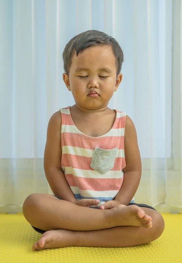 Meditation för unge arkivfoton