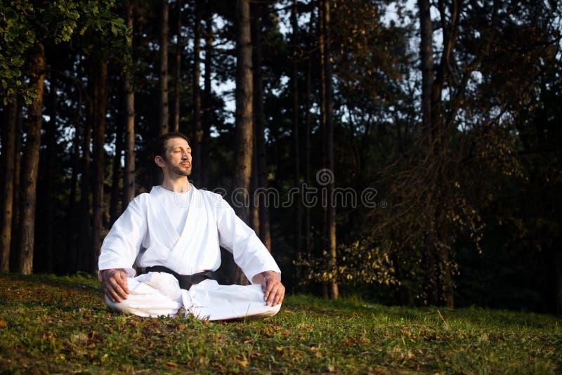 Meditation i natur royaltyfri bild