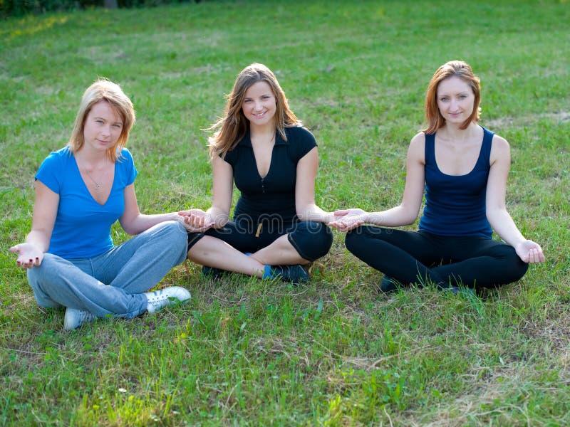 Meditation i naturen av gulliga flickor royaltyfri fotografi