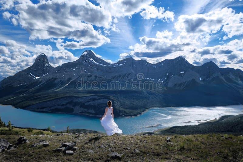 Meditation im Freien in Rocky Mountains Mindfulness und innerer Frieden stockbild