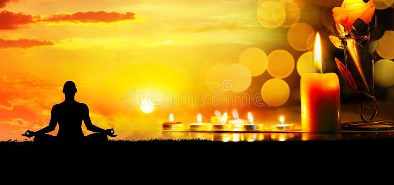 Meditation mit Kerzen lizenzfreie stockbilder