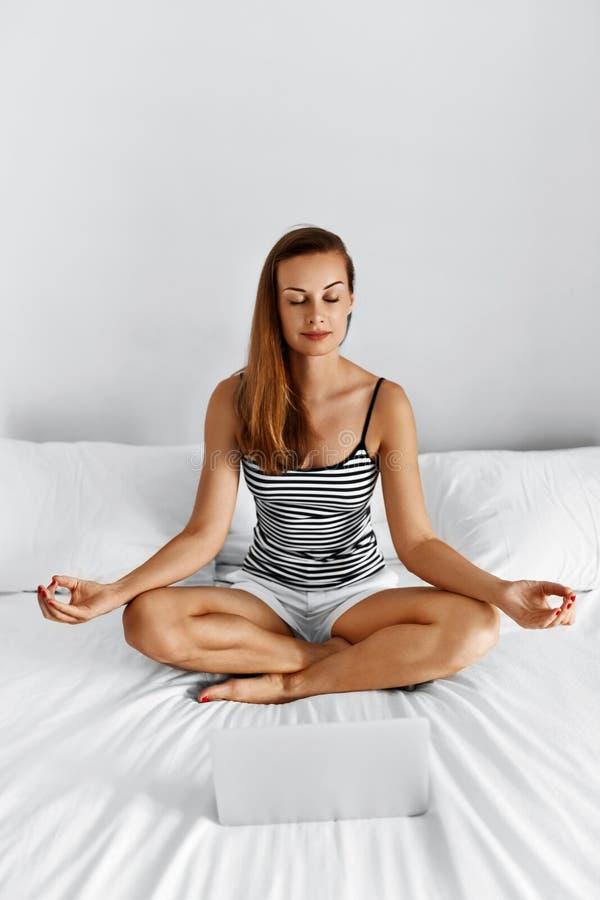 meditation Mulher saudável que medita em casa na manhã praticar imagens de stock