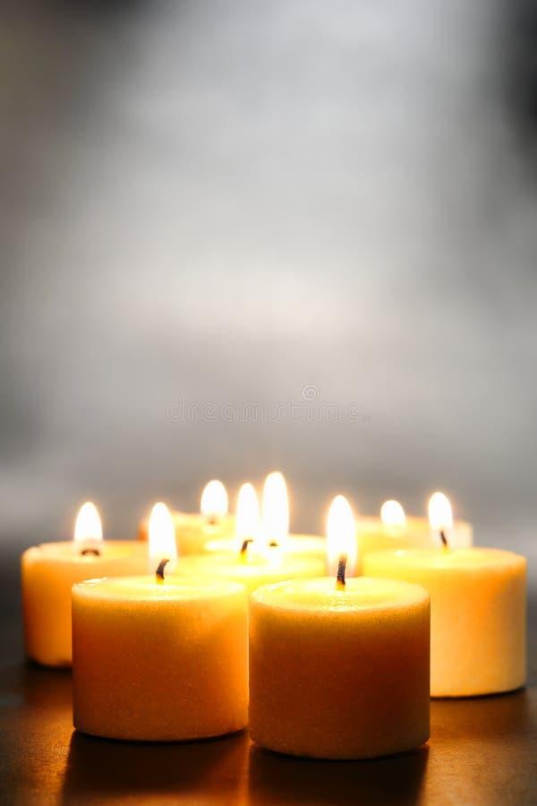 Meditation-oder Entspannung-Votive Kerzen mit Rauche lizenzfreies stockfoto