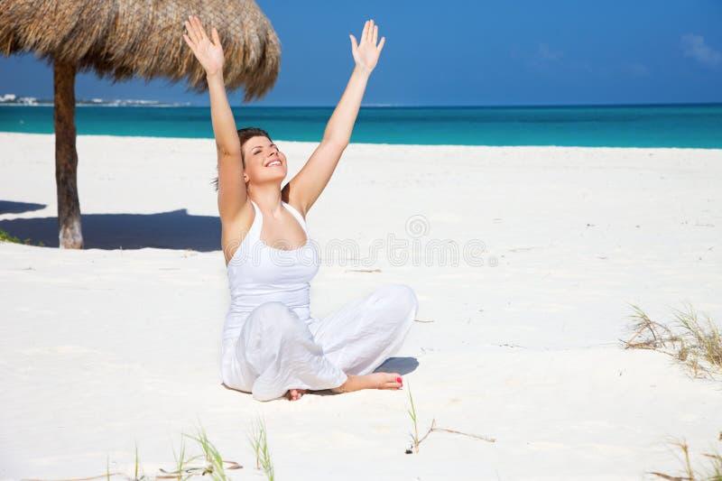 Meditation på stranden fotografering för bildbyråer