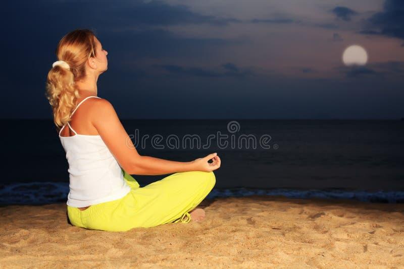 Meditation unter Mondschein stockfotos