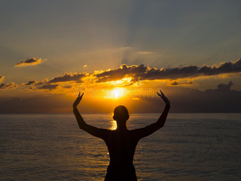 Meditation yogaövning på stranden på solnedgången Meditation, sunt liv och harmonibegrepp arkivbild