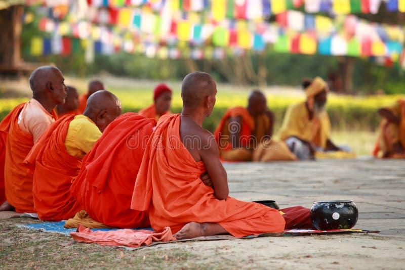 Meditationen för buddistiska munkar, i att sitta, poserar royaltyfria foton