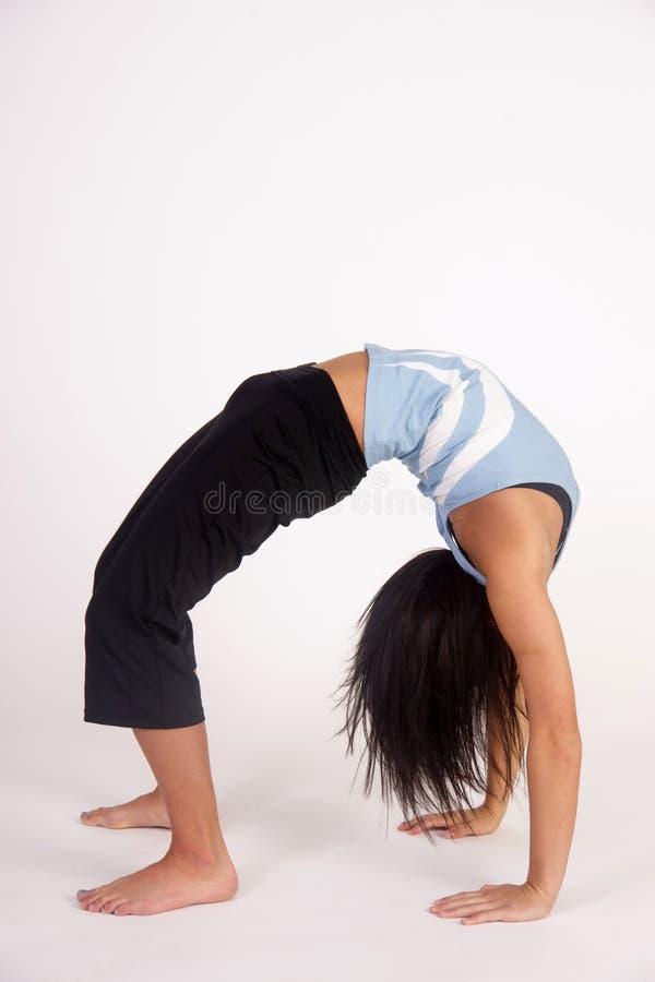 Meditationen för yoga för den härliga unga brunettkvinnan poserar den praktiserande arkivfoton