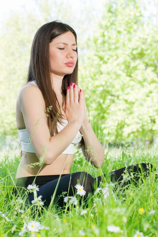 meditationen poserar kvinnan royaltyfria foton