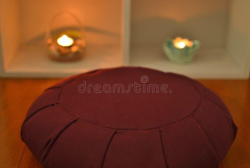 Meditationen Seat dämpar hem- avkopplingensamhetbegrundande mediterar royaltyfria bilder