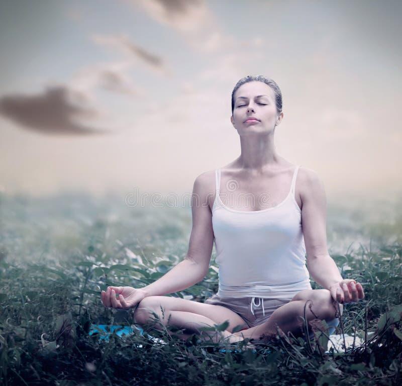 Meditationkvinna. Yoga royaltyfria foton