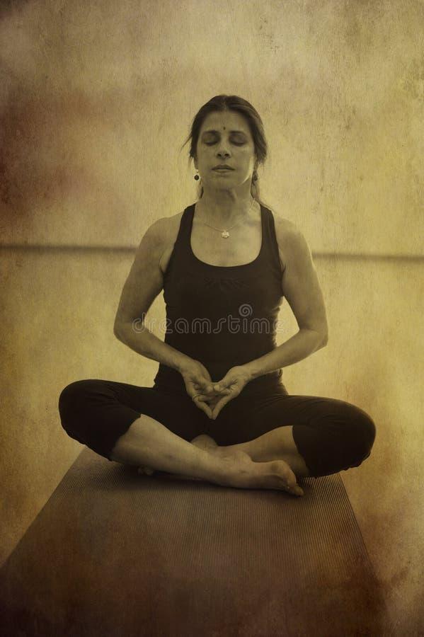meditationkvinnayoga royaltyfria bilder